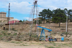 Olje- borrtorn på oljefält arkivbild
