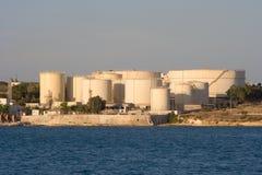 Olje- bussgarage vid havet, Malta arkivbild