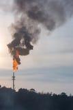 Olje- destillationtorn med förorening Royaltyfri Bild