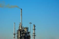 Olje- fabriksskorsten för oljaraffinaderi Royaltyfri Foto