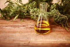 Olje- flaska för CBD och hampaproduktcannabis arkivfoton