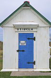 Olje- hus på den Dungeness fyren - blå dörr Royaltyfri Bild