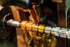 Olje- kyla av detaljen, när bearbeta med maskin Arkivbild