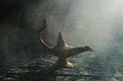 Olje- lampa för antik Aladdin för arabiska nätter stil för ande i arabiska sagor med vit rök för mjukt ljus, mörk bakgrund Lampa  Royaltyfria Foton