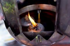 Olje- lampa för att tända rökelsepinnar Arkivfoto