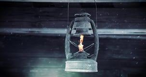 Olje- lampa för gammal tappningfotogen som hänger på träväggen arkivfilmer
