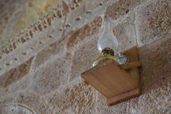 Olje- lampa för tappning på stenväggen royaltyfri fotografi