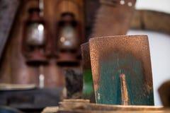 Olje- lampa och skyffel Ljus källa i ett gammalt nytto- rum arkivfoto