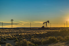 Olje- maskin på det Patagonian landskapet, Santa Cruz, Argentina Royaltyfri Fotografi