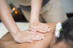 Olje- massage på baksida av terapeuter royaltyfria bilder