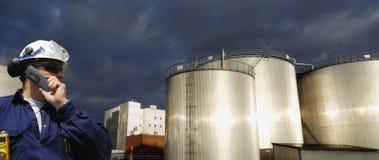 Olje- och bränslelagring med arbetaren Arkivbild