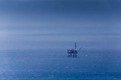 Olje- oljaplattform i havet Arkivbilder