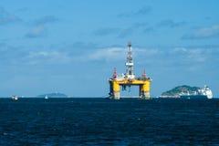 Olje- plattform i den Guanabara fjärden royaltyfri foto