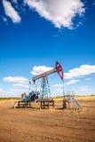 Olje- pump i det friafält Fotografering för Bildbyråer