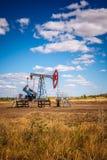 Olje- pump i det friafält Royaltyfria Bilder