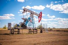 Olje- pump i det friafält Arkivfoton