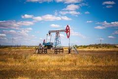 Olje- pump i fältet Arkivfoton