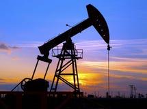 Olje- pump mot inställningssolen Arkivbild