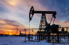 Olje- pump, wellhead, rörledningkontur fotografering för bildbyråer