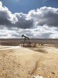 Olje- pumpa utrustning Ayoluengo oljafält burgos spain royaltyfri bild