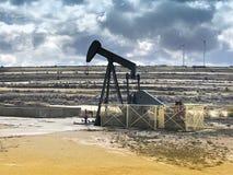 Olje- pumpa utrustning Ayoluengo oljafält burgos spain arkivfoto