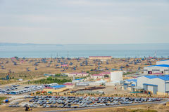 Olje- pumpar och riggar vid den Caspian kusten Royaltyfri Foto