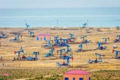 Olje- pumpar och riggar vid den Caspian kusten Royaltyfria Bilder