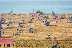 Olje- pumpar och riggar vid den Caspian kusten Arkivfoton