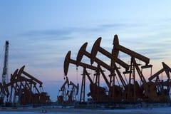 Olje- pumpar. Oljeindustriutrustning. Arkivfoto