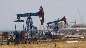 Olje- pumpar, pumpstålar Fossila bränslenenergi, gammal pumpa enhet stock video