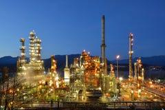 Olje- raffinaderi på natten, Burnaby Royaltyfria Bilder