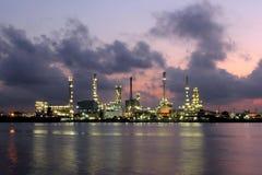 Olje- raffinaderi på skymningen Royaltyfria Bilder