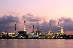 Olje- raffinaderi på skymningen Arkivbilder