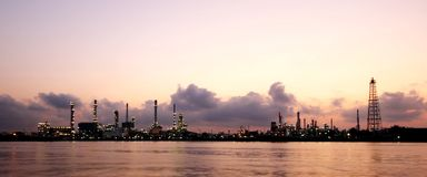 Olje- raffinaderi på skymningen Arkivfoto