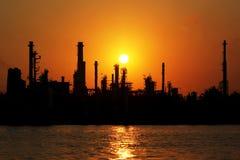 Olje- raffinaderi på soluppgången Royaltyfri Bild