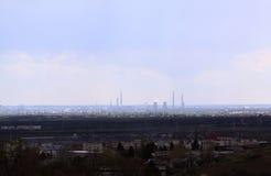 Olje- rafinery som ses från avstånd Fotografering för Bildbyråer
