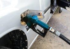 Olje- tanka till bilen Royaltyfri Fotografi