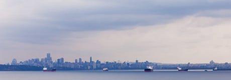 Olje- tankfartyg ankrar Vancouver horisont BC Kanada fotografering för bildbyråer