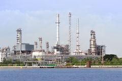 Olje- terminal längs floden Arkivfoto