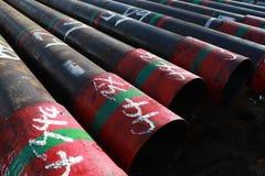 Olje- väl casing som lägger på det huvudsakliga däcket royaltyfria bilder