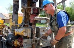 Oljearbetare som hålar för olja på rigg Arkivbilder