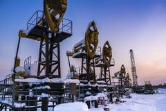 Oljefält Industriellt landskap för vinter med en olje- pump Arkivfoto