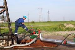 Oljefält med arbetaren Arkivfoton