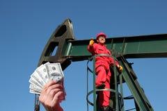 Oljefältarbetaren avlönar begrepp Royaltyfri Bild