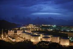 Oljelagringsbehållare på natten Arkivbilder