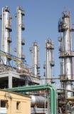 oljepetrochemicalen pipes raffinaderisikt Arkivfoto