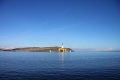 Oljeplattform i skotsk bred flodmynning Arkivfoton