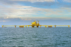 Oljeplattformplattform i det lugna havet royaltyfri fotografi