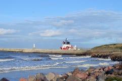 Oljeplattformtillförselfartyget lämnar den Aberdeen hamnen Royaltyfri Foto