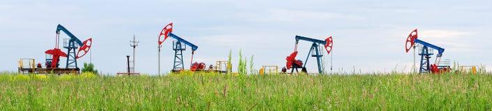 Oljeproduktion på bakgrunden av himmel royaltyfri bild
